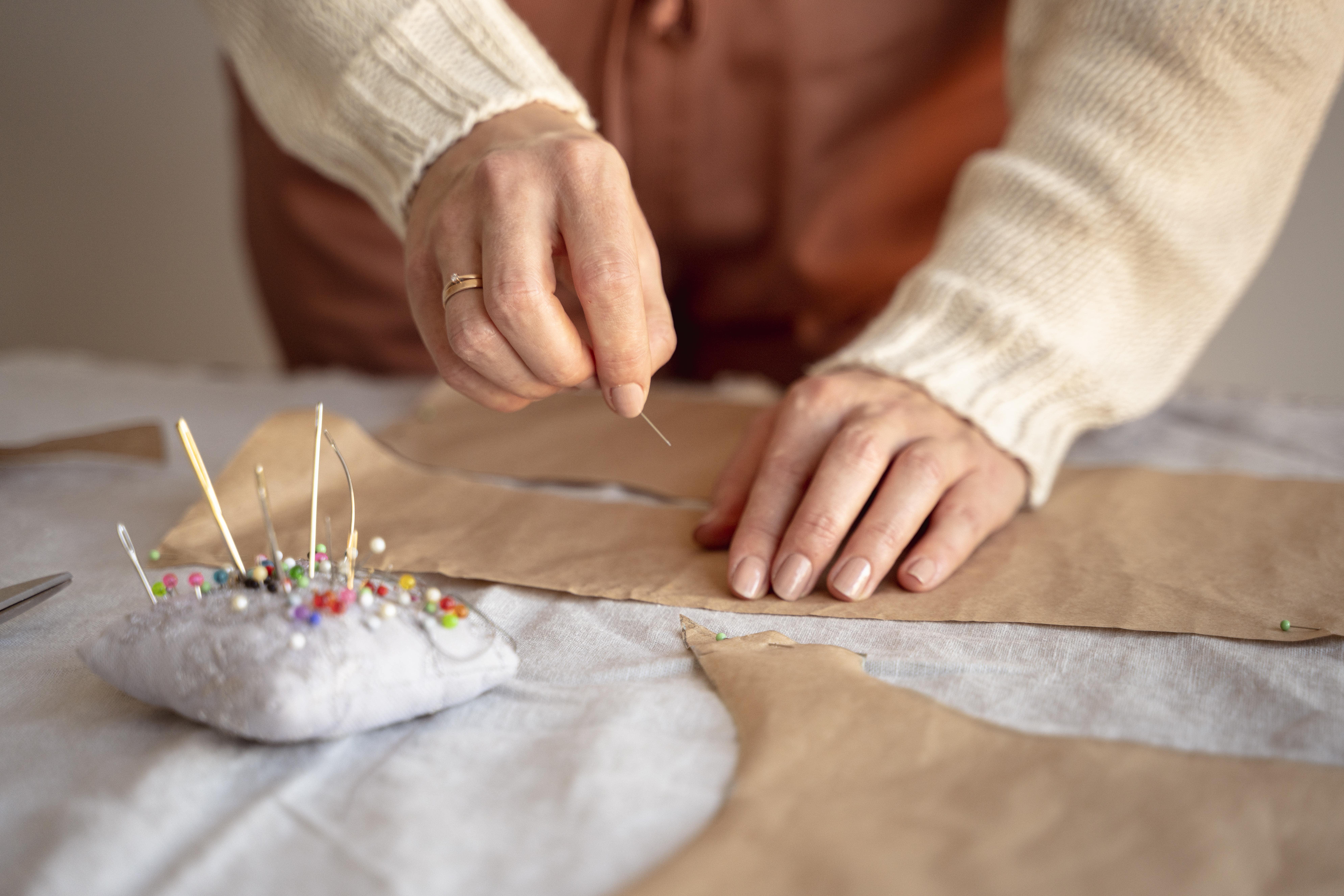 творчість - жінка шиє